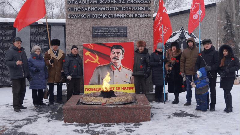 21 декабря в день рождения И.В. Сталина коммунисты Балаковского местного отделения КПРФ возложили цветы к Обелиску славы