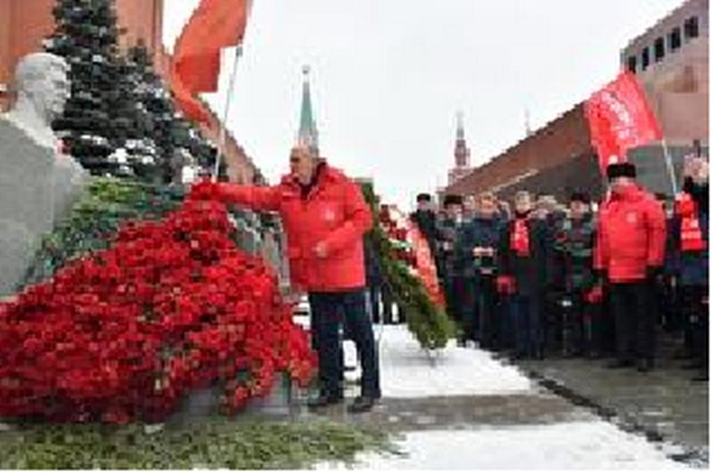 Коммунисты, комсомольцы, союзники и сторонники КПРФ возложили цветы к его могиле у Кремлевской стены