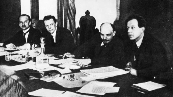 Фриц Платтен и Владимир Ленин в президиуме Первого конгресса Коминтерна. 1919 г.