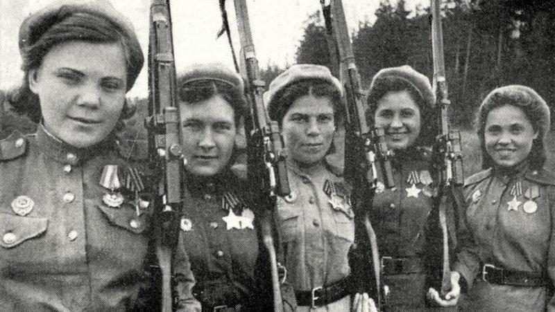 В Отечественной войне советская женщина стоит в рядах активных борцов против немецко-фашистских извергов