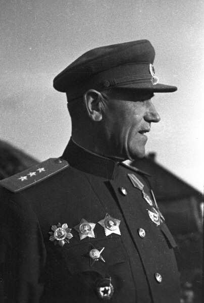 10 апреля 1945 года звание Героя Советского Союза присвоено генерал-полковнику Александру Васильевичу Горбатову.