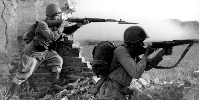13 апреля 1940 года Комитет обороны при СНК СССР принял на вооружение самозарядную винтовку Токарева СВТ-40