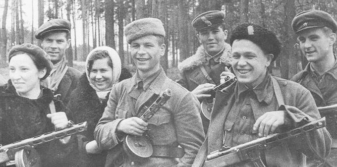 13 апреля 1943 года белорусские партизаны провели Белыничскую операцию одновременному нападению подверглись 8 тыловых гарнизонов оккупационных войск