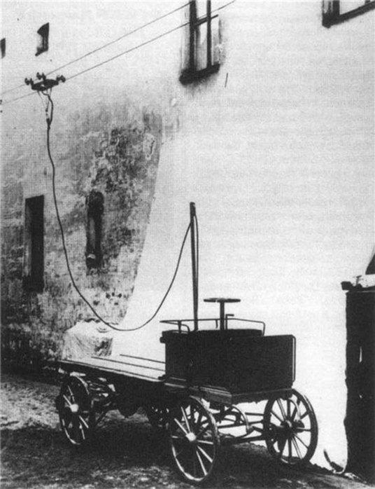 1902 - В Санкт-Петербурге были проведены испытания первого в России троллейбуса