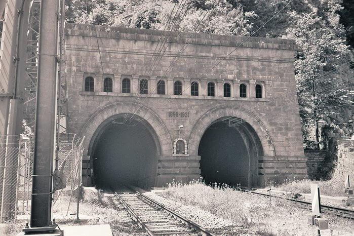 1905 - Официально открыт железнодорожный Симплонский туннель, идущий под Альпами из Швецарии в Италию