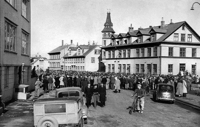 1949- Массовая акция протеста в Рейкьявике против присутствия войск стран НАТО была жестоко подавлена полицией