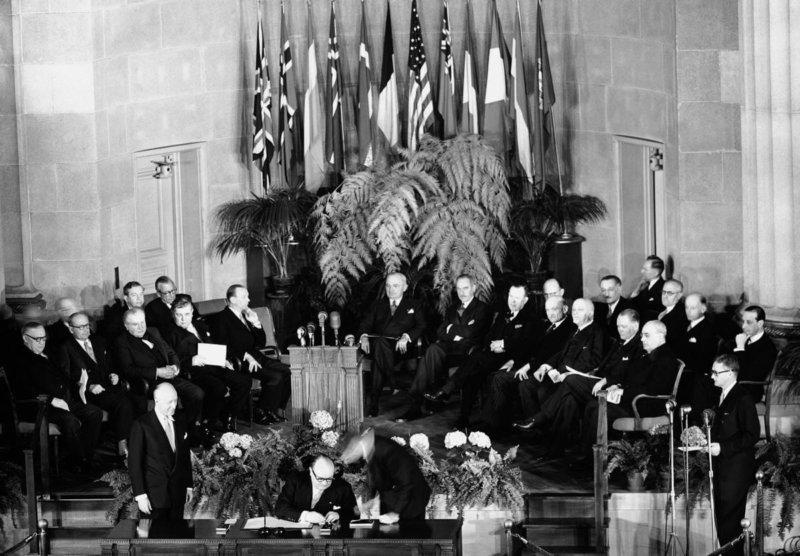 1949 - По инициативе США создан блок НАТО