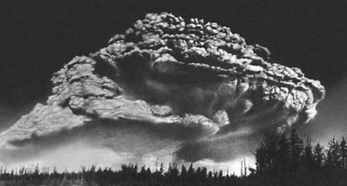 1956 - В ходе извержения вулкана Безымянный на Камчатке произошел гигантский взрыв