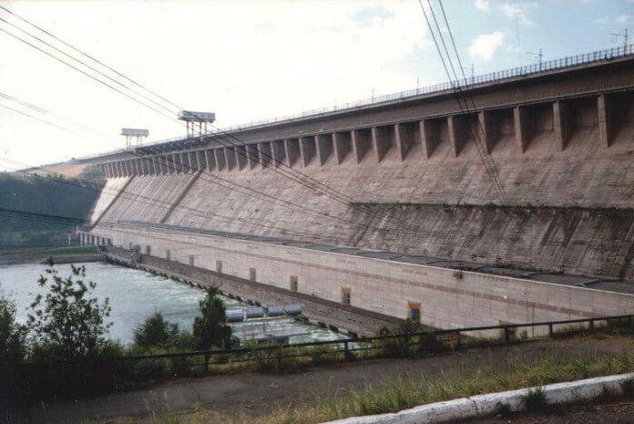 1957 - При возведении Братской ГЭС впервые в мировой гидроэнергетике со льда была перекрыта правобережная часть Ангары