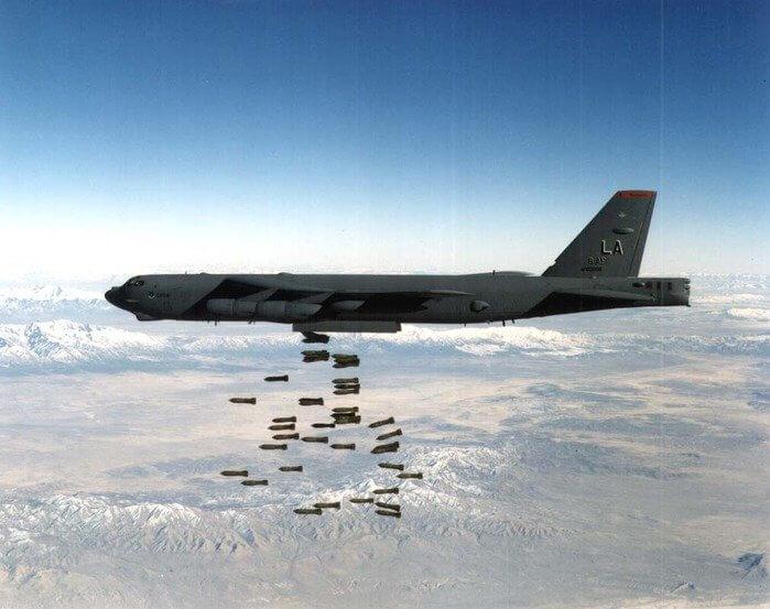 1966 - Американские стратегические бомбардировщики Б-52 впервые бомбили Северный Вьетнам