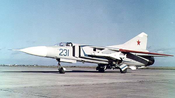 МиГ-23-11, первый опытный экземпляр фронтового истребителя с крылом изменяемой геометрии, на летной площадке ОКБ МиГ в Жуковском, 1967 год.