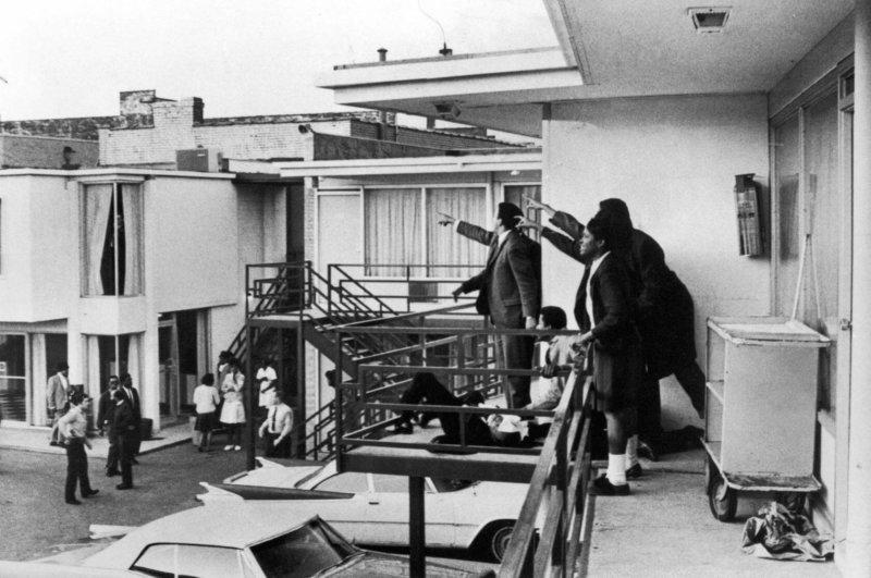 Спутники Мартина Лютера Кинга указывают направление откуда в него стреляли