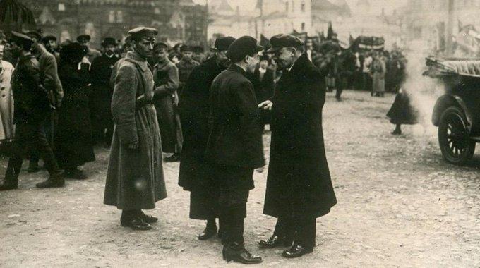 1 мая 1919 года Ленин на Красной площади во время первомайской демонстрации трудящихся беседует с секретарем МК РКП(б) Загорским