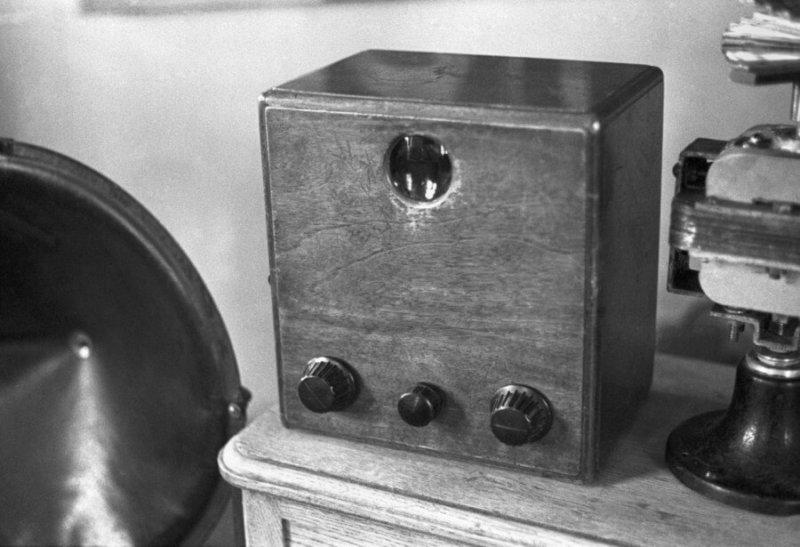 16 апреля 1932 года на Ленинградском заводе Коминтерн был запущен в производство телевизор для индивидуального пользователя