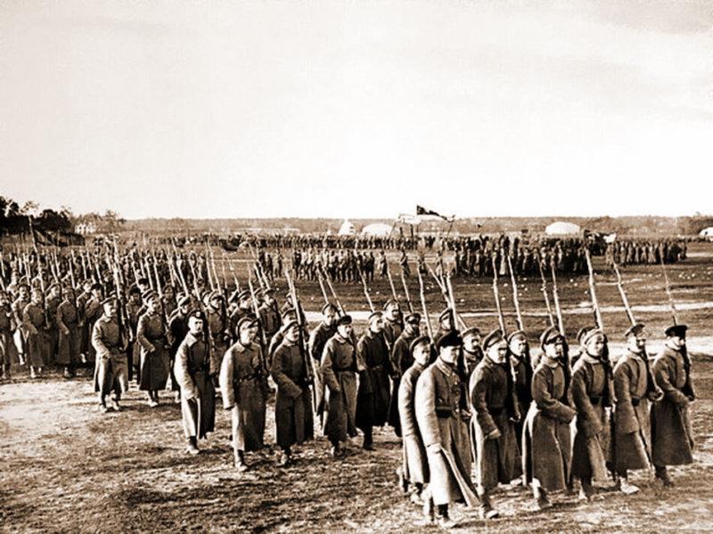 1918 - На Ходынском поле в Москве состоялся первый военный парад Красной Армии.