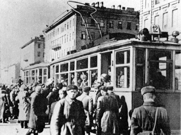 1942 - В блокадном Ленинграде восстановлено движение трамваев