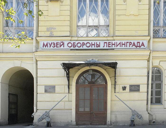 1944 - В Ленинграде в Соляном городке открывается выставка