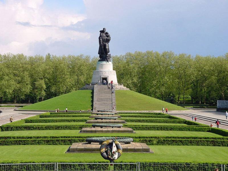 2004 - Памятник советскому солдату с девочкой на руках вернулся в Трептов-Парк