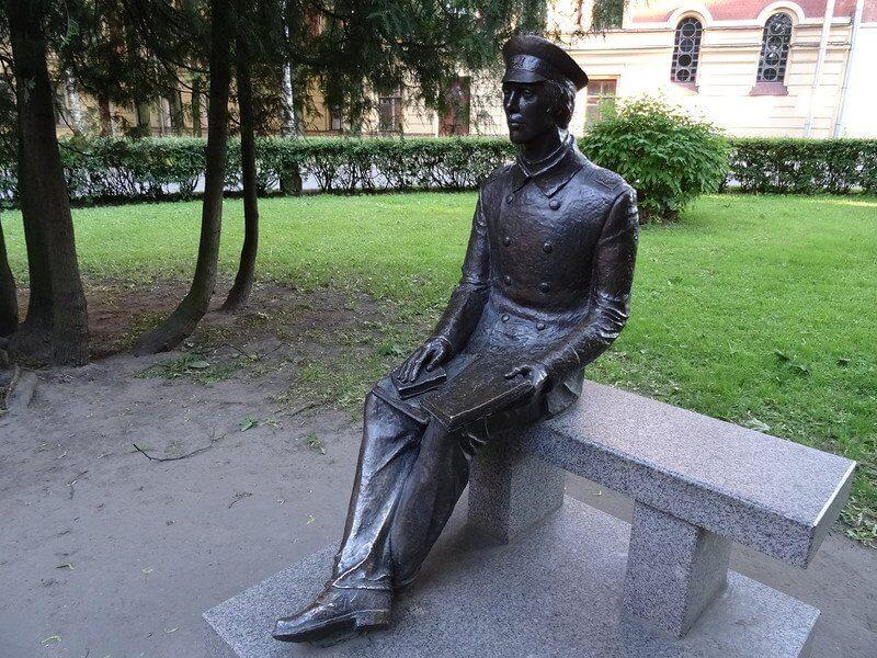 2010 - Открыт памятник студенту-политехнику