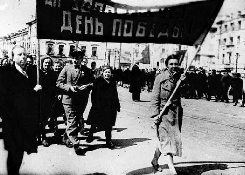 26 апреля 1965 года Указом Президиума Верховного Совета СССР 9 Мая снова стало нерабочим днем