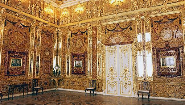 29 апреля 2000 года Германия передала России фрагменты подлинной Янтарной комнаты