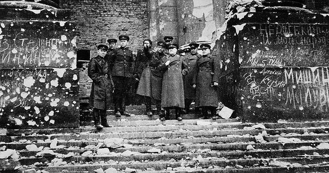 3 мая 1945 года маршал Жуков осматривал Рейхстаг