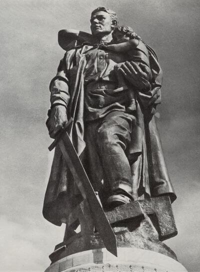 30 апреля 1945 года Советский солдат Николай Масалов во время боев за Берлин спас немецкую девочку,
