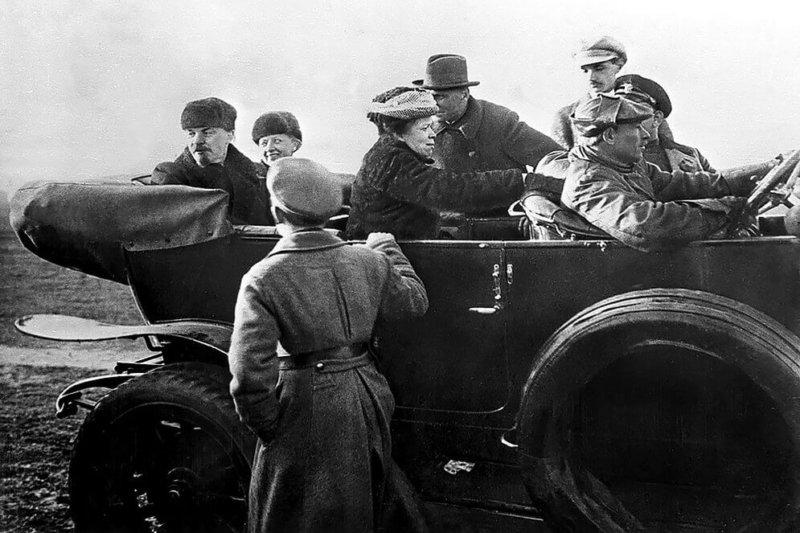 В. Ленин, Н. Крупская и сестра Ленина М. Ульянова в автомобиле после парада Красной Армии на Ходынском поле в Москве. 1 мая 1918 г.
