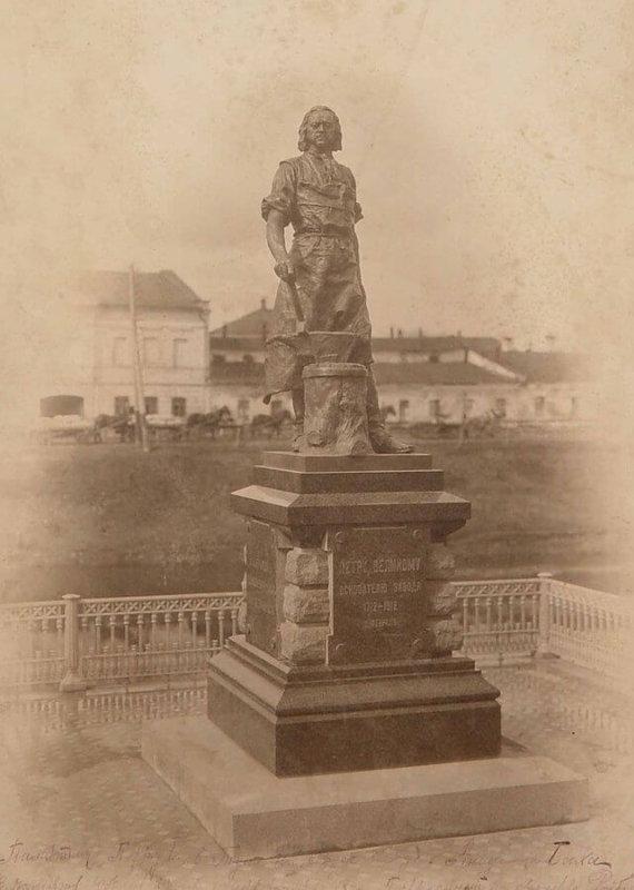 11 мая 1912 года в честь 200-летия Тульского оружейного завода открыт памятник Петру I, отцу-покровителю тульских мастеров.