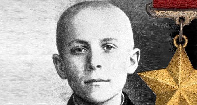 11 мая 1944 года последней гранатой подорвал себя и гитлеровских карателей 14-летний партизанский разведчик Марат Казей.