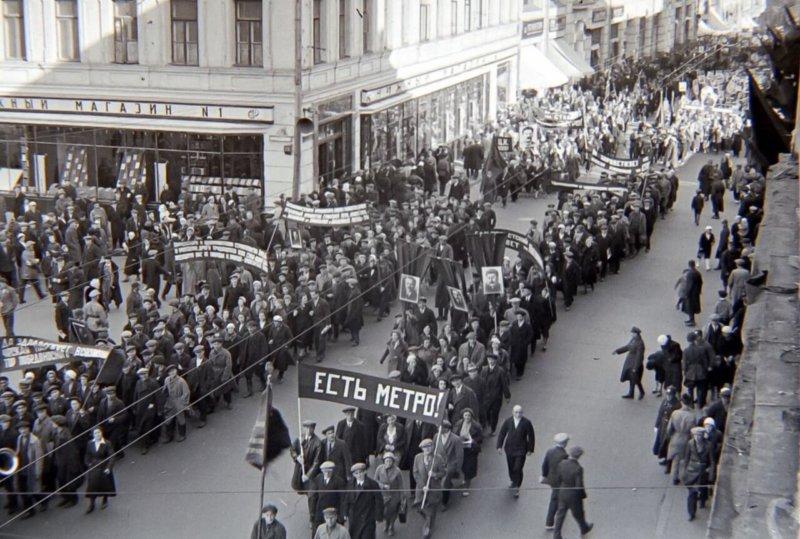 15 мая 1935 года состоялось торжественное открытие первой линии Московского метрополитена