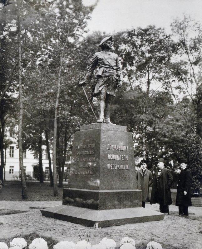 1910 - Открыт памятник Петру I на Кирочной улице,