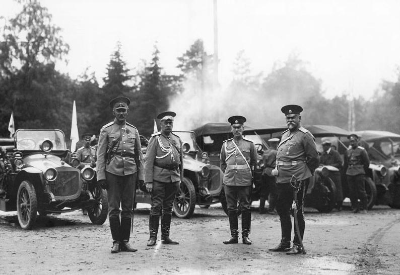 1912 - На Марсовом поле стартовал испытательный пробег легковых автомобилей, в котором русские машины впервые участвовали наравне с иностранными