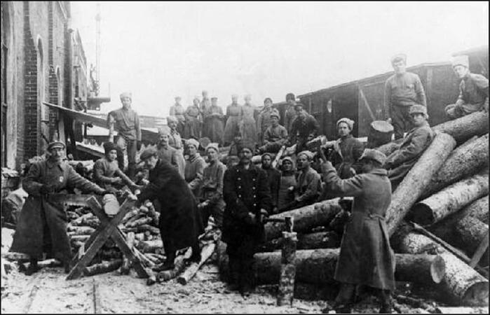 1919 - В Москве на Московско-Казанской железной дороге проводится первый массовый коммунистический субботник.