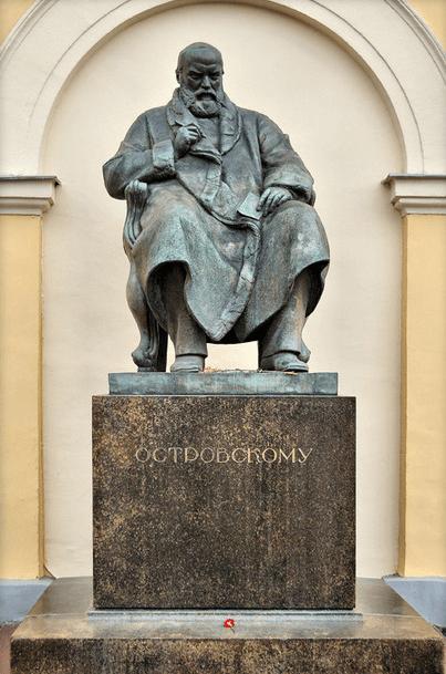 1929 - В Москве у здания Малого театра открыт памятник драматургу А.Н