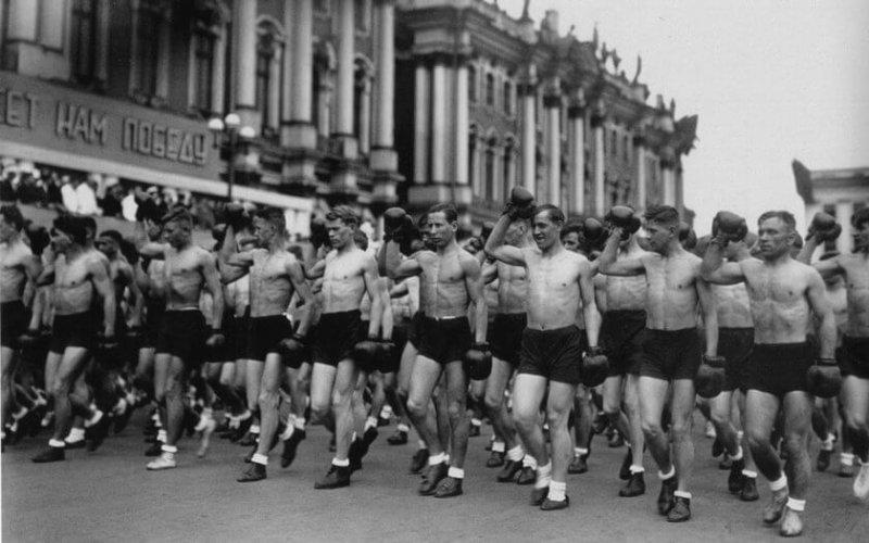 1932 - В Ленинграде прошёл первый парад физкультурников на Дворцовой площади