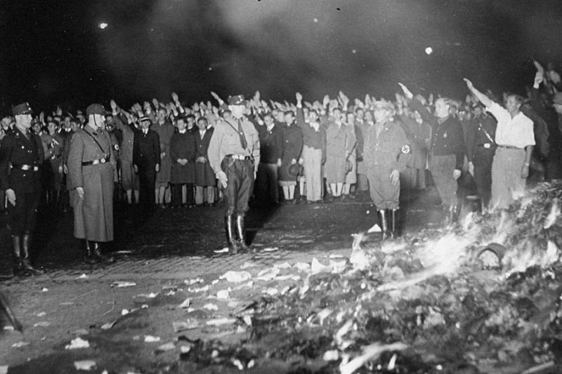 1933 - Поздним вечером в центре Берлина, на площади Оперы, гитлеровцы устроили массовое сожжение книг