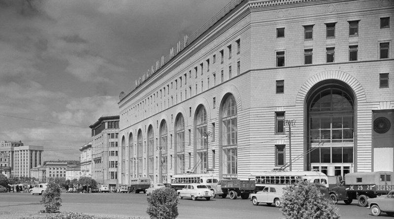 1957 - В Москве открыт универмаг Детский мир