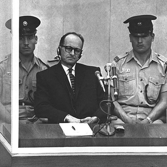 1960 - Агенты израильских спецслужб выследили и прямо на улице Буэнос-Айреса захватили нацистского преступника Адольфа Эйхмана