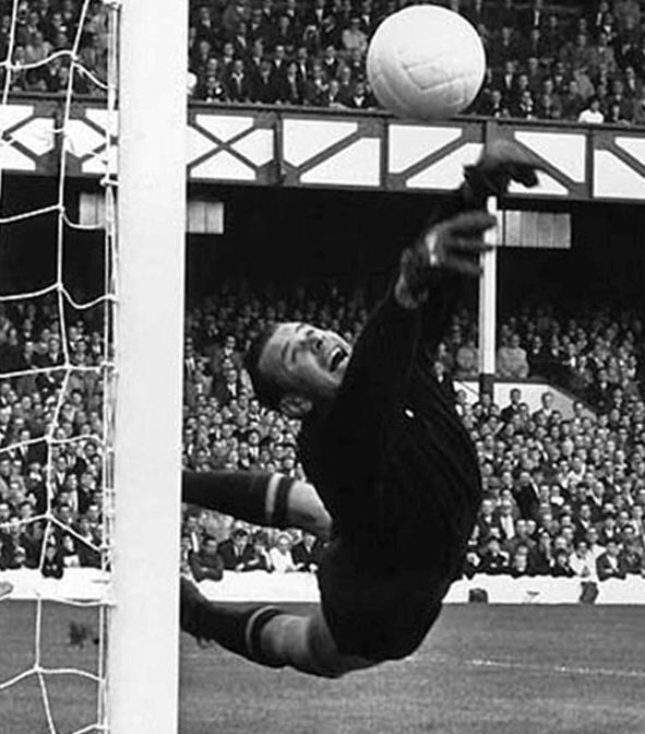 1971 - В присутствии 103 тысяч зрителей состоялся прощальный матч Льва Яшина