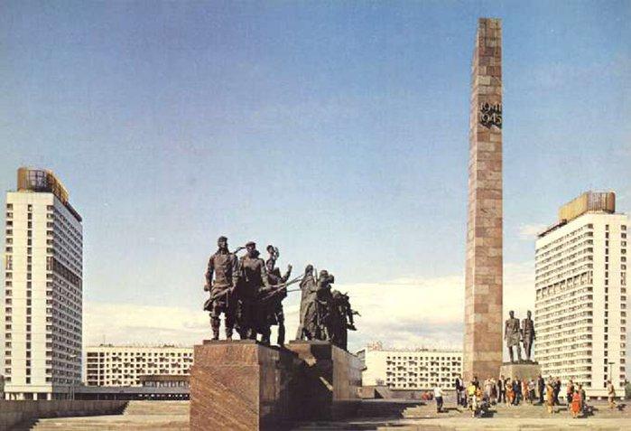 1975 - В Ленинграде открыт памятник героическим защитникам Ленинграда на площади Победы