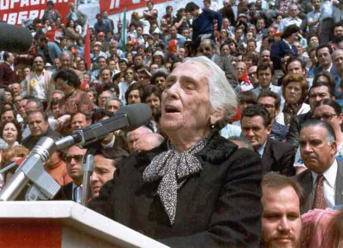1978 - После вынужденной 38-летней эмиграции на родину вернулась почетный председатель компартии Испании Долорес Ибаррури.