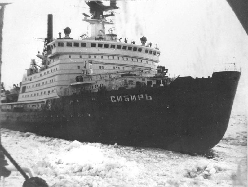 1987 - В 15 часов 59 минут атомный ледокол Сибирь вышел в географическую точку Северного полюса
