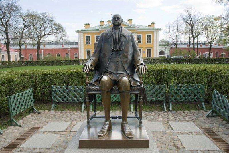 1991 - В полдень в Петропавловской крепости торжественно открыт памятник Петру I работы Михаила Шемякина