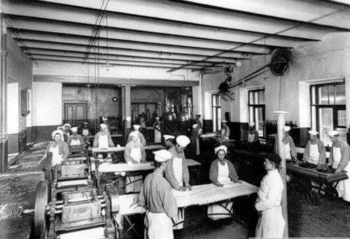 2 июня 1897 года император Николай II издал закон, запрещающий труд на фабриках, заводах и других предприятиях в воскресенье и праздничные дни