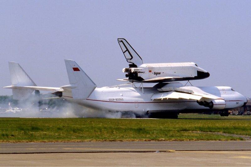 2002 - На Космодроме Байконур в результате обрушения крыши монтажно-испытательного корпуса на 112-й площадке полностью уничтожен единственный летавший в космос советский космический корабль Буран