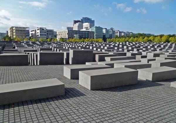 2005 - В 60-ю годовщину окончания Второй мировой войны, рядом с Бранденбургскими воротами был открыт мемориал 6 миллионам евреев, жертвам Холокоста.