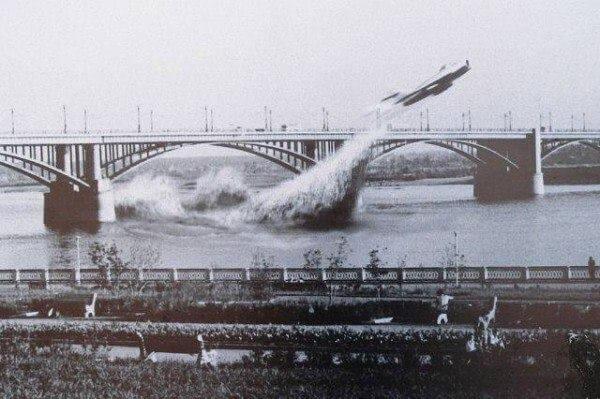 3 июня 1965 года военный летчик, капитан Валентин Привалов совершил единственный в мире пролет под мостом на реактивном самолете.