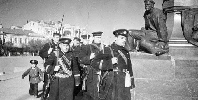 7 мая 1942 года морской конвой доставил в осажденный Севастополь 5 тыс. т. горючего