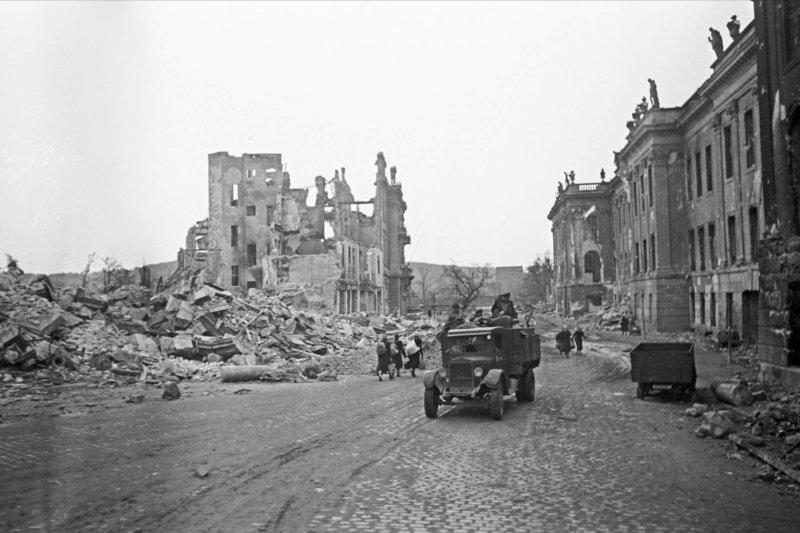 8 мая 1945 года 3-я и 5-я гвардейские, 3-я гвардейская танковая советские армии во взаимодействии с частями 2-й армии Войска Польского взяли немецкий город Дрезден на юго-востоке Германии